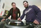 Lukas Hergarten (r.) gründete seinen Plattenladen Black Plastic 2012 und holte zur Verstärkung Valentin Gube (l.) mit ins Boot. (Foto: Klaus Hartmann)