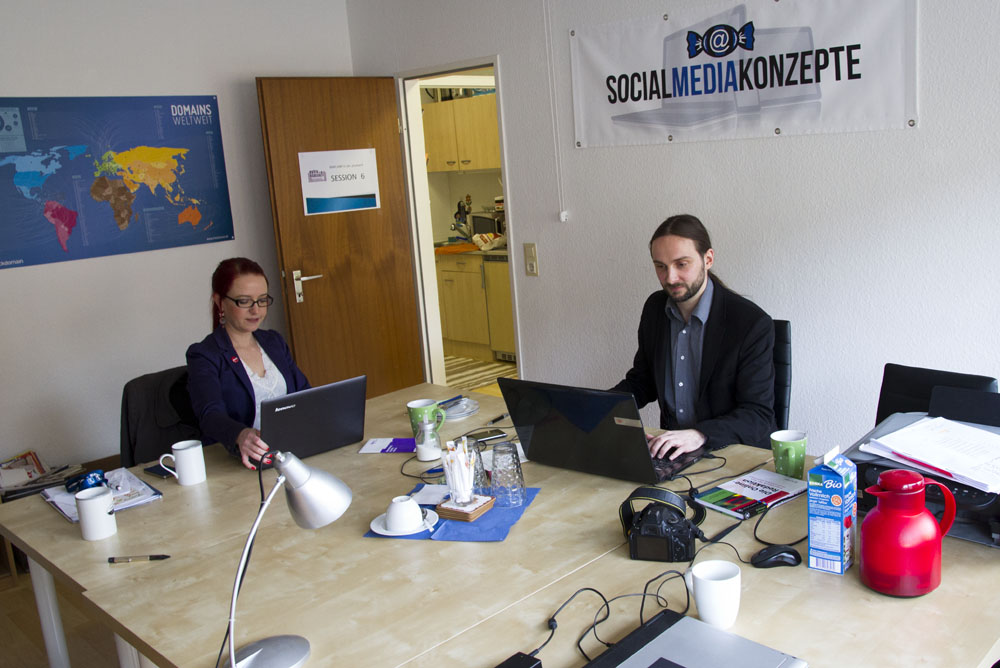 Laptop, Smartphone, Kaffee - die beiden Social Media-Experten bei der Arbeit in ihrem Büro in Essen-Rüttenscheid. (Foto: Carmen Radeck)