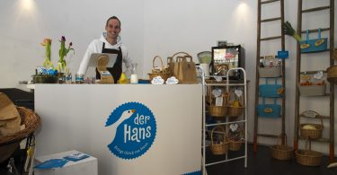 Hofladen Der Hans - Julian Hans hinter der Ladentheke