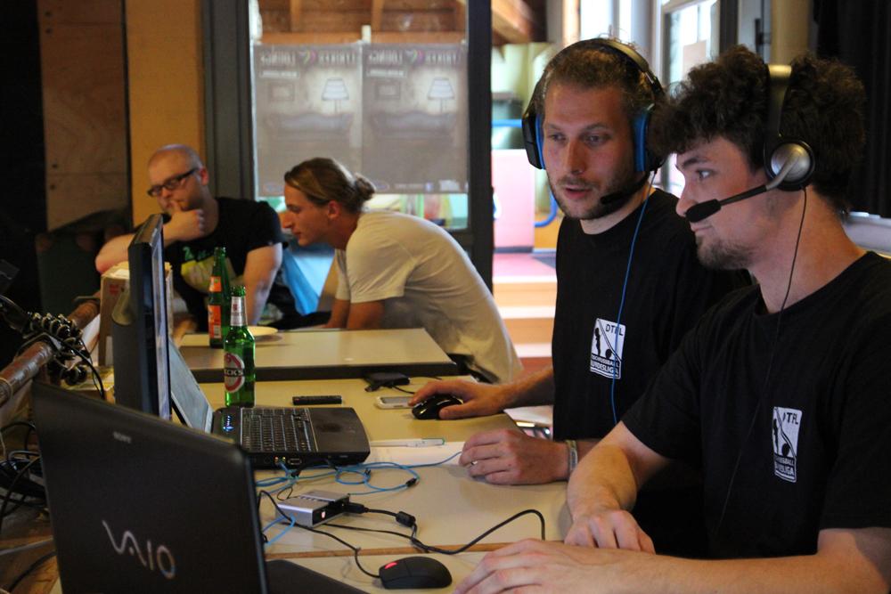 Jens und Michael bei der Arbeit. (Foto: Divyam Täschler/DTFB)