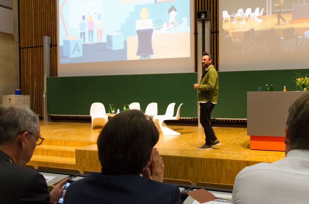 Frederik G. Pferdt bei seinem Vortrag in Duisburg